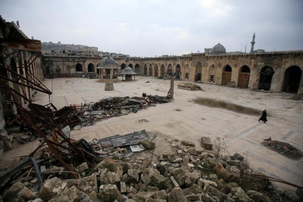 صورة الجامع الأموي يحاول الانتفاض بين ركام الدمار ليعود إلى الحياة