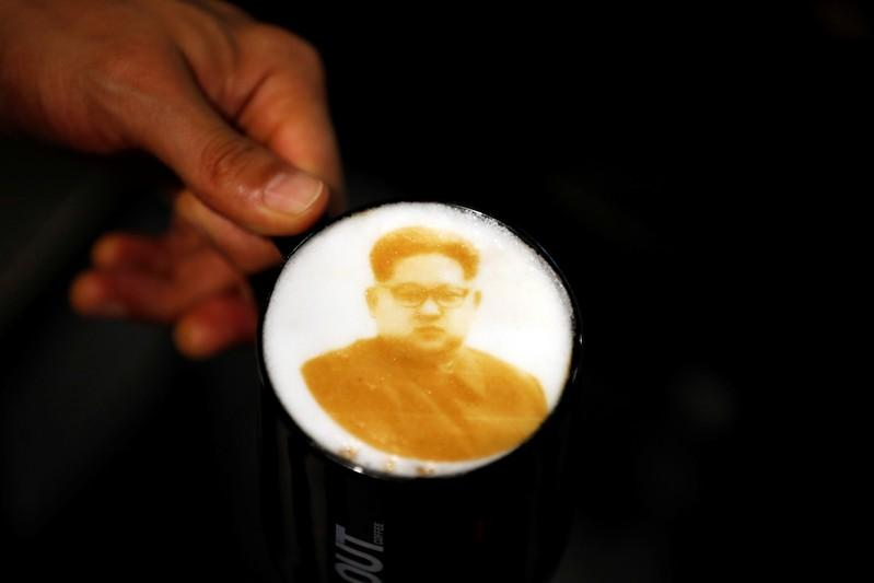 صورة كيم جونج أون يزين أكواب القهوة في كوريا الجنوبية