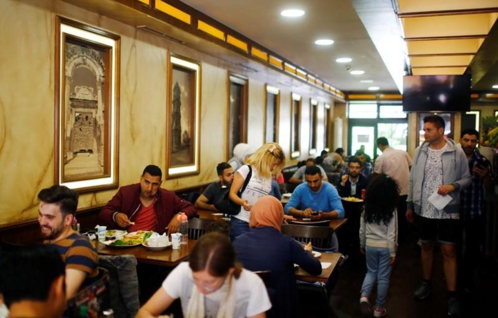 """صورة """"شارع العرب"""" في برلين.. صدام بين عالمين"""