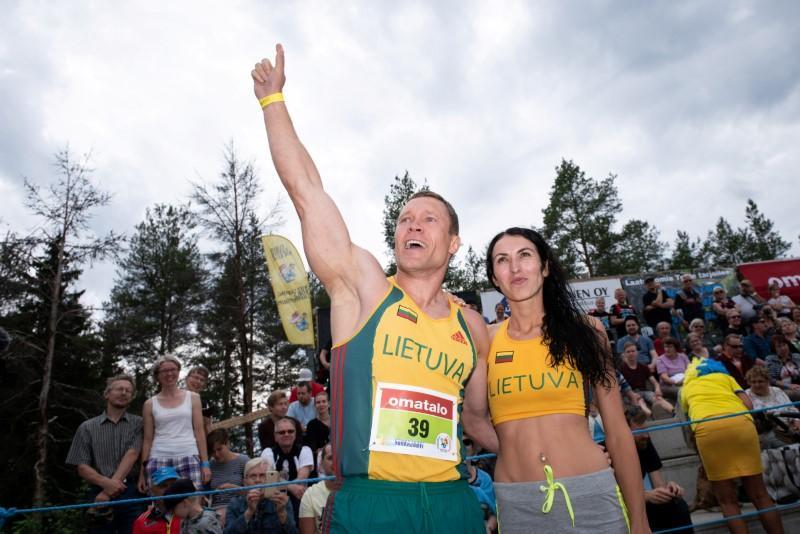 صورة رجل يفوز ببطولة العالم لحمل الزوجات في فنلندا