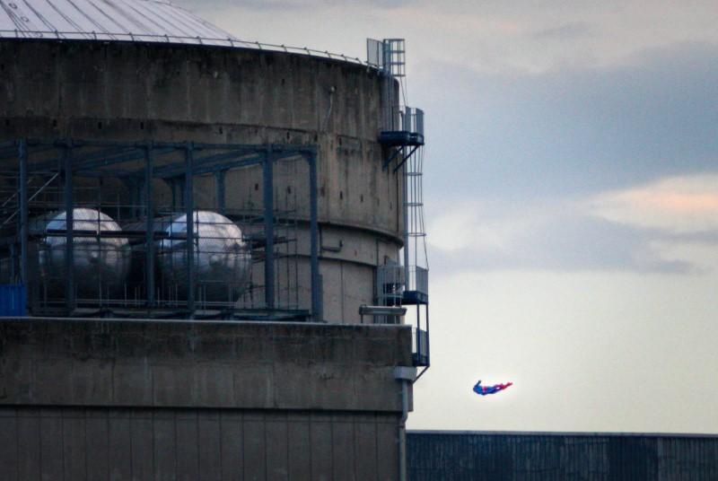 صورة نشطاء جرينبيس يرسلون سوبرمان للاصطدام بمفاعل نووي فرنسي