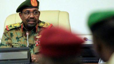 صورة الرئيس السوداني يظهر بالزي العسكري ويحظر الاحتجاجات وينظم التعامل بالنقد الأجنبي