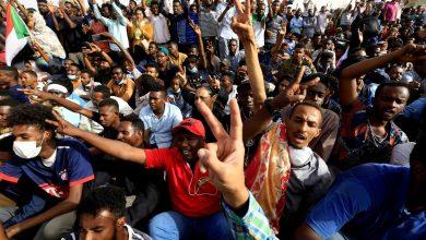 صورة في تحليل لرويترز: الربيع العربي يصل متأخرا إلى السودان والجزائر