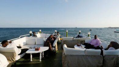 صورة صوماليون يتركون مصاعب الحياة خلفهم ويتوجهون للشاطئ ولمطعم عائم جديد