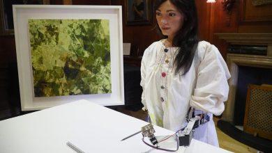 صورة الروبوت الفنانة أيدا تستعد لافتتاح معرضها الأول