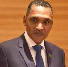 صورة ولد البشير يقدم استقالة حكومته