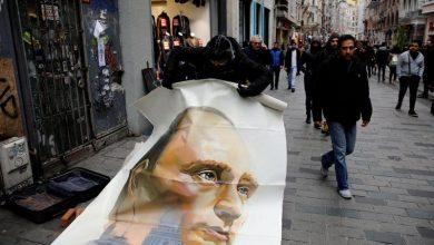 """صورة فنان روسي يكشف عن لوحات عن """"البطل الخارق"""" بوتين في اسطنبول"""