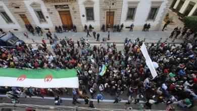 صورة الجزائريون يواصلون الاحتجاج بعد عام من بدء المظاهرات